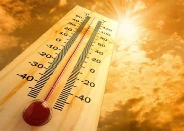 Los síntomas del golpe de calor son: temperatura corporal mayor o igual a 41ºC, piel seca y congestionada, dolor de cabeza intenso, taquicardia, fatiga, sed, náuseas vómito, somnolencia, espasmos musculares, convulsiones y pérdida de la conciencia.