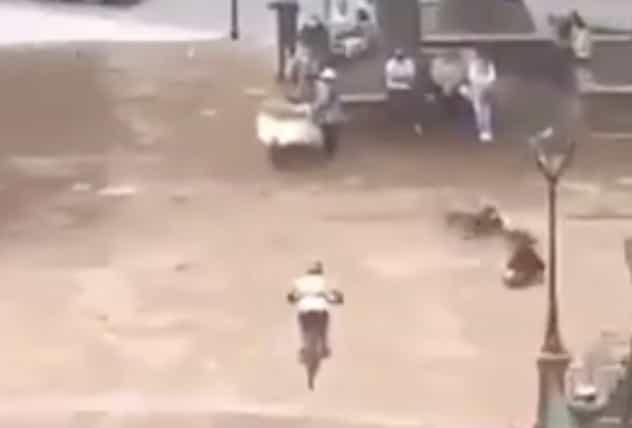 Por hacer un peligroso truco en las escaleras de la capilla del Calvario en Toluca, un ciclista se estrella contra un puesto de chicharrones