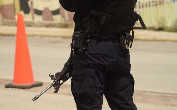 Automovilistas que circulaban por la carretera federal 49 alertaron de los cuerpos a las autoridades, quienes acudieron a retirarlos.