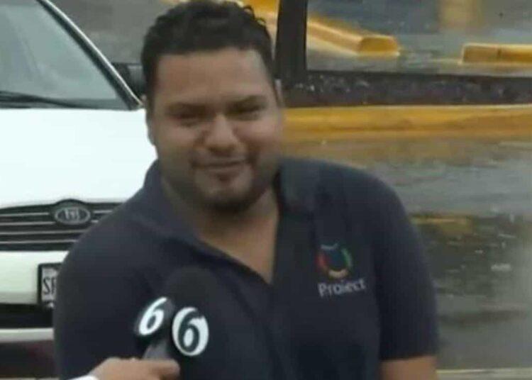 Baltazar Quiroz se dirigía a su trabajo cuando las inclemencias del tiempo lo alcanzaron en la calle Movimiento Obrero, en Santa Catarina.