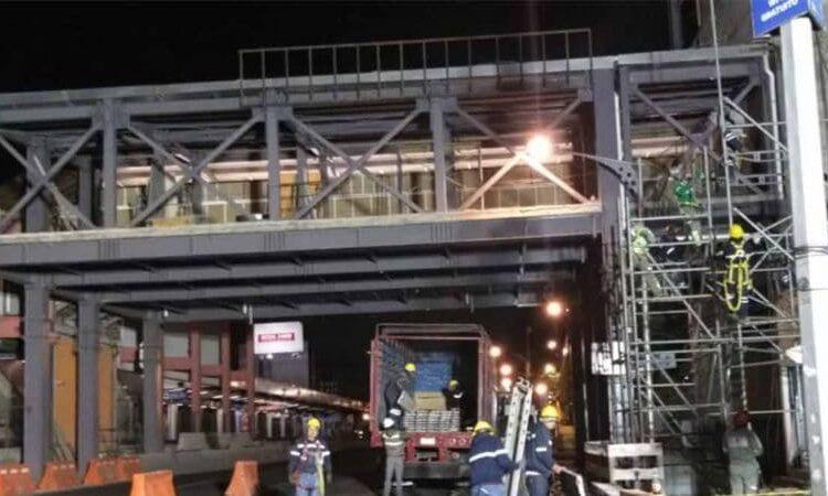 La estructura de un puente peatonal del Metro de la Ciudad de México cayó sobre varios autos, lo que dejó daños materiales