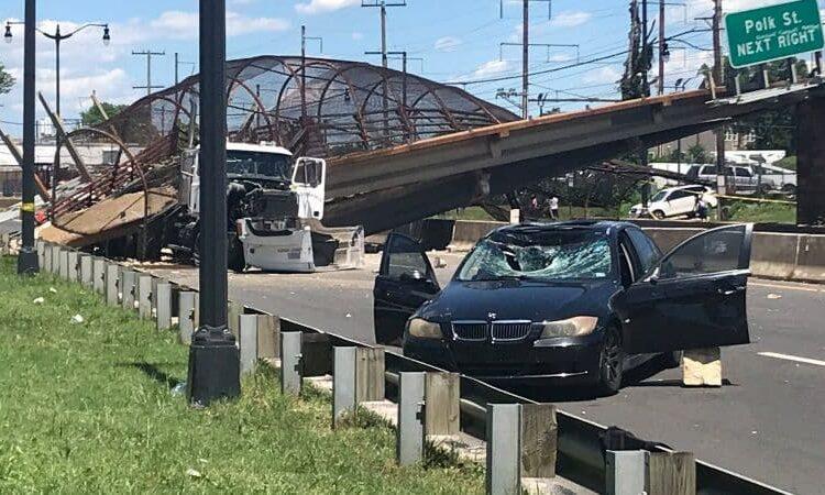 Seis personas resultaron heridas luego de que cayera un puente peatonal sobre una autopista en Washington, DC.; el hecho está bajo investigación