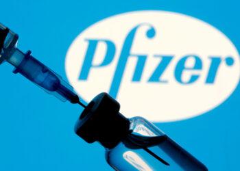 Tercera dosis de la vacuna Pfizer incrementa más de cinco veces anticuerpos en personas de 18 a 55 años