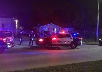 Mujer dispara a través de la pared de su casa y mata al presunto mirón