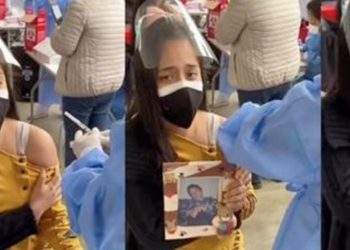 'Esto es por ti, mamá': Joven llora al vacunarse contra COVID 19 y lleva la foto de su madre fallecida