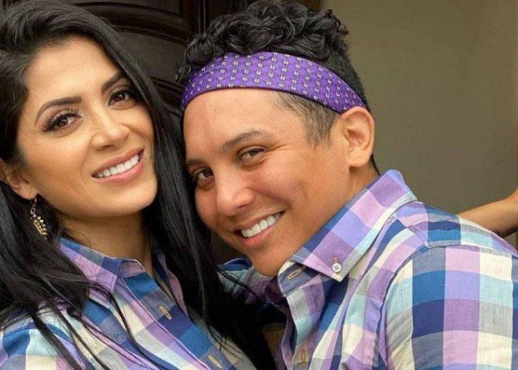 """De """"cuernudo"""" no lo bajan en redes, Edwin Luna le canta a Kimberly Flores"""