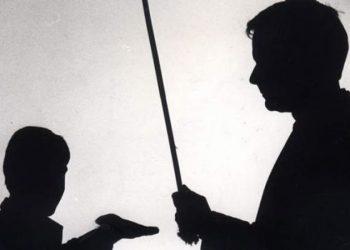 """Maestro es sancionado luego de """"nalguear"""" a una alumna y golpear con la regla a otros"""