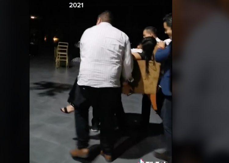 ¡Se le pasaron las copas! Joven es sacada en sillón en su fiesta de Graduación; se hace viral en TikTok