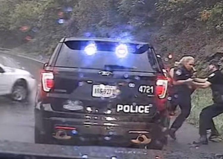 Policía salva a su colega de ser embestida por su patrulla que fue embestida por un auto