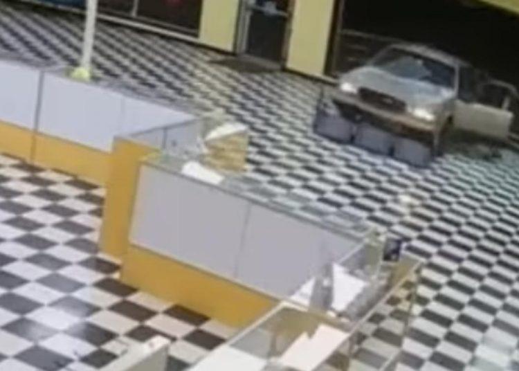 Ladrones atraviesan puertas de cristal de una tienda con auto robado y huyen con mercancía