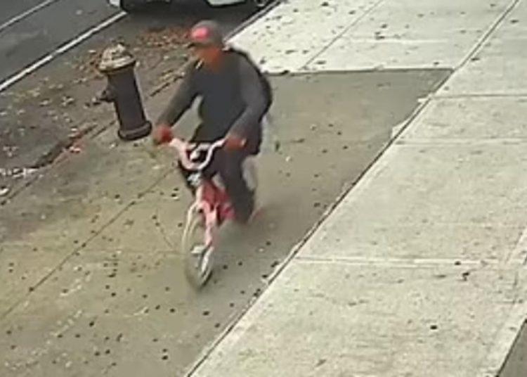 Hombre le roba el celular a niña de 10 años de edad y huye en una bicicleta infantil rosada