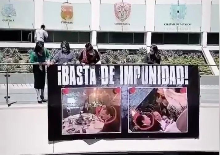 Senadoras del PAN cuelgan manta de Emilio Lozoya en el Senado