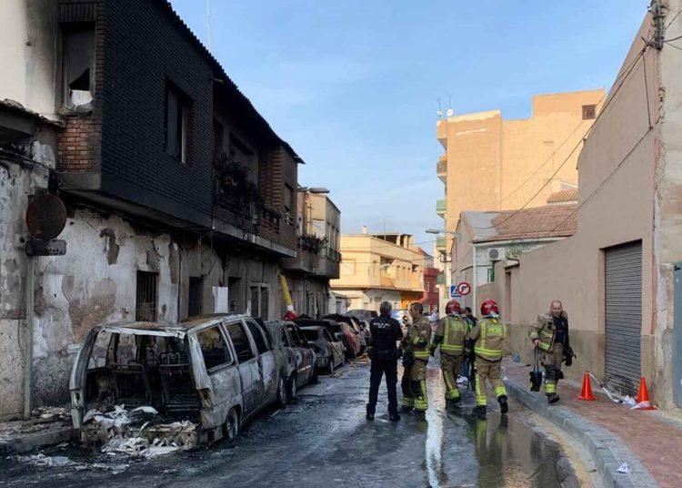 Un hombre incendia su casa con familiares dentro, quema siete vehículos y luego dispara a la Policía en España
