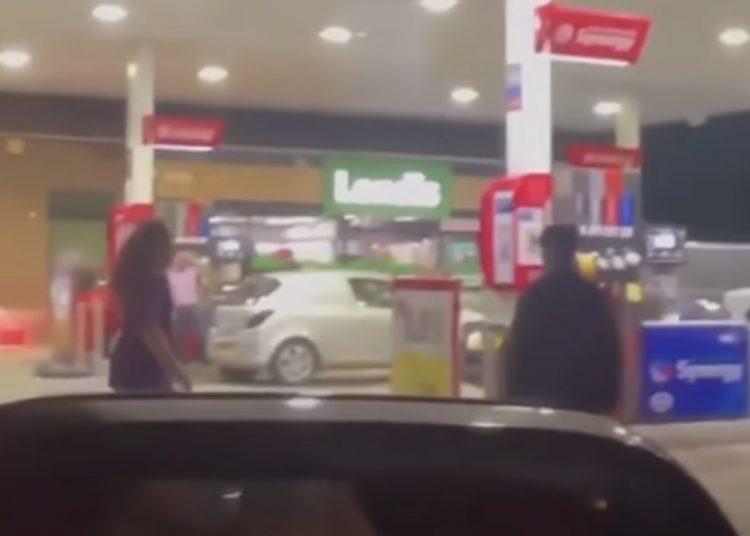 Padres e hijos protagonizan pelea en una gasolinera durante supuesto desabasto de gasolina