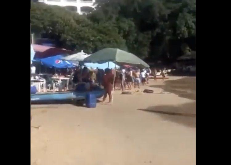 Turistas se enfrentan a golpes con comerciantes en Acapulco
