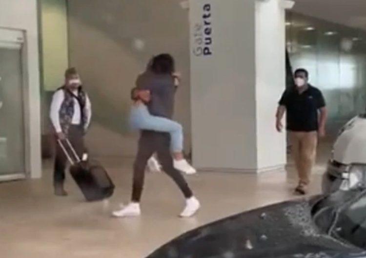 Reencuentro fallido se viraliza; pareja se cae antes de abrazarse