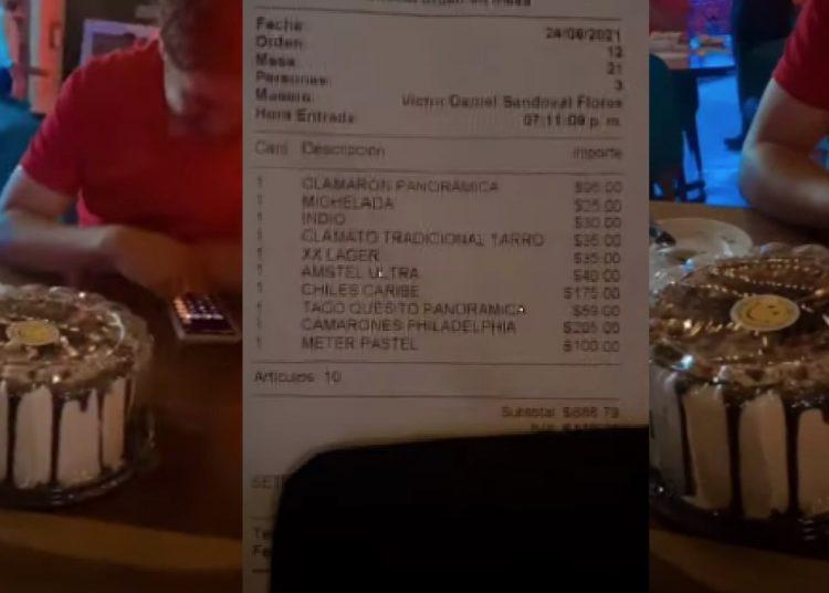 Pidieron que guardaran su pastel en el refri y restaurante les cobró 100 pesos