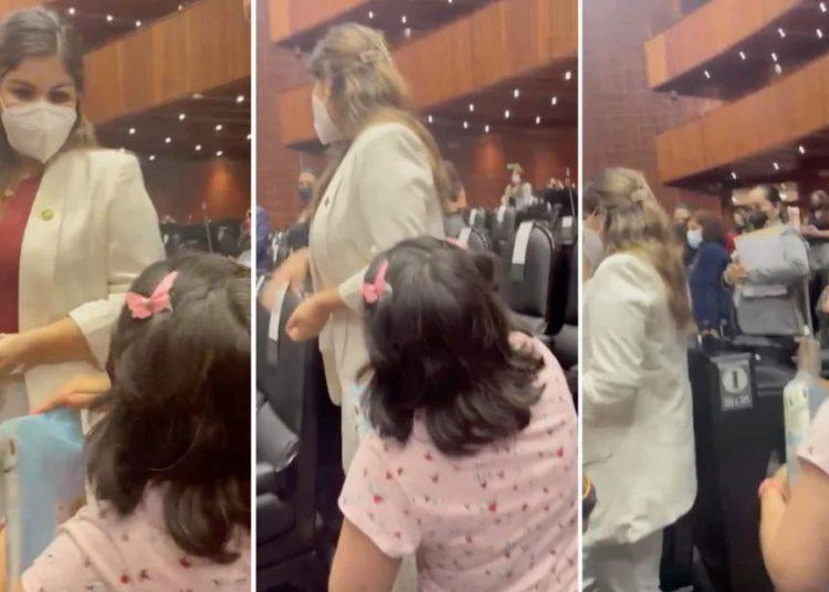 """""""Eso es teatro, eso es teatro"""", respondió otra de las morenistas cuando la mujer se arrodilló para pedir el tratamiento contra cáncer"""