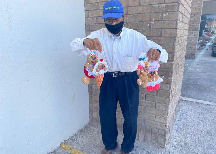 Don Arturo la última semana tuvo que salir a vender sus artículos todos los días para comprar los medicamentos al enfermar su esposa.