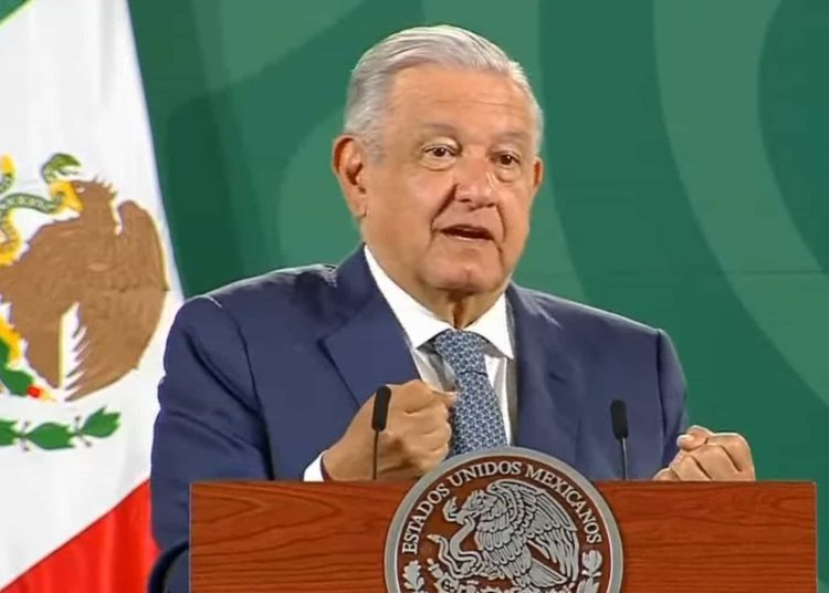 El presidente declaró que vale más ser una persona pobre que deshonrada, además hizo mención de una frase dicha por Benito Juárez.