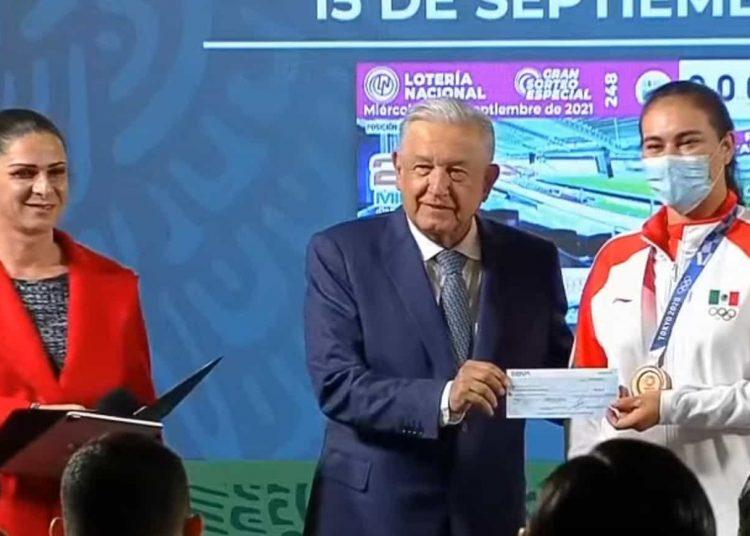 Ana Gabriela Guevara dijo en la conferencia de prensa matutina que el monto total entregado a medallistas, atletas no laureados y entrenadores asciende a 110 millones 940 mil pesos