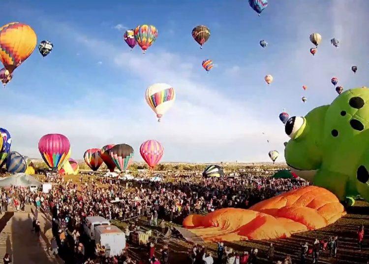 Globos aerostáticos llenan de color el cielo de Albuquerque