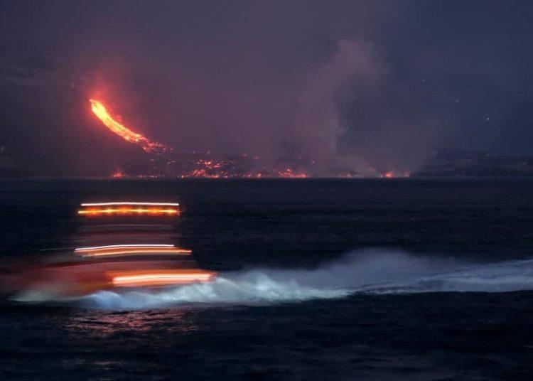 El derrumbe intensificó la erupción del volcán de La Palma, en Canarias, hecho que amenaza a las localidades cercanas