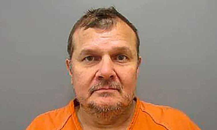 La policía de League City, Texas, arrestó a un hombre acusado de apuñalar al gerente de un restaurante con una navaja de bolsillo cuando le pidió usar cubrebocas para poder ingresar al local