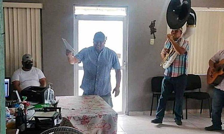 Hombre llega sonriente y bailando con banda norteña a firmar su divorcio y se viraliza