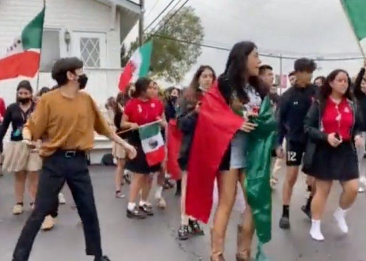 """Estudiantes mexicanos responden agresiones racistas por bailar """"Payaso de Rodeo"""""""