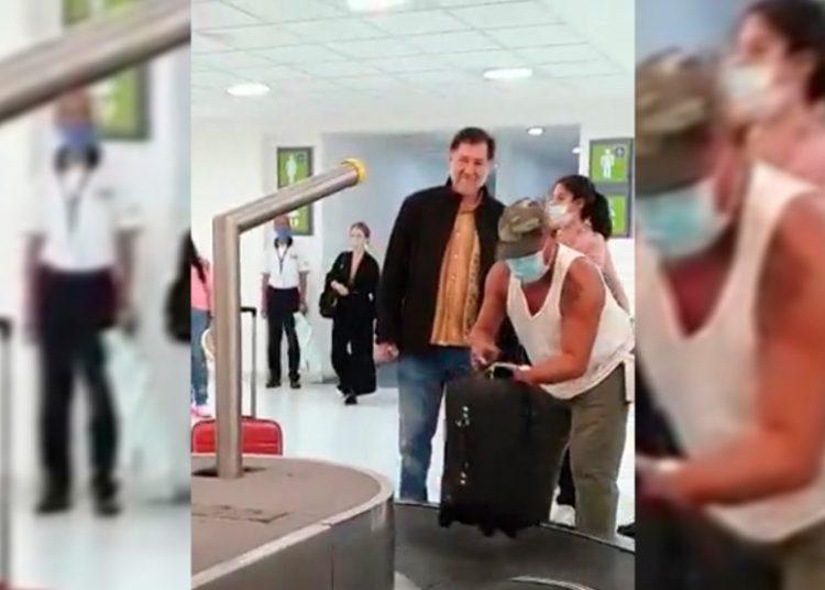 Fernández Noroña dijo que el uso de cubrebocas no es obligatorio en México y que si no lo llevaba era porque estaba tomando agua