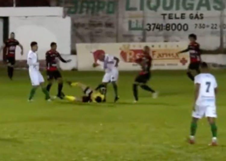 Futbolista patea a árbitro en Brasil; lo acusan de intento de homicidio