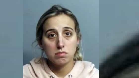 La policía arrestó a una maestra de Drama de una escuela intermedia de Hialeah después que, según un portavoz del departamento, la mujer tuvo relaciones sexuales con un antiguo estudiante de 14 años en su automóvil varias veces en los últimos dos meses.