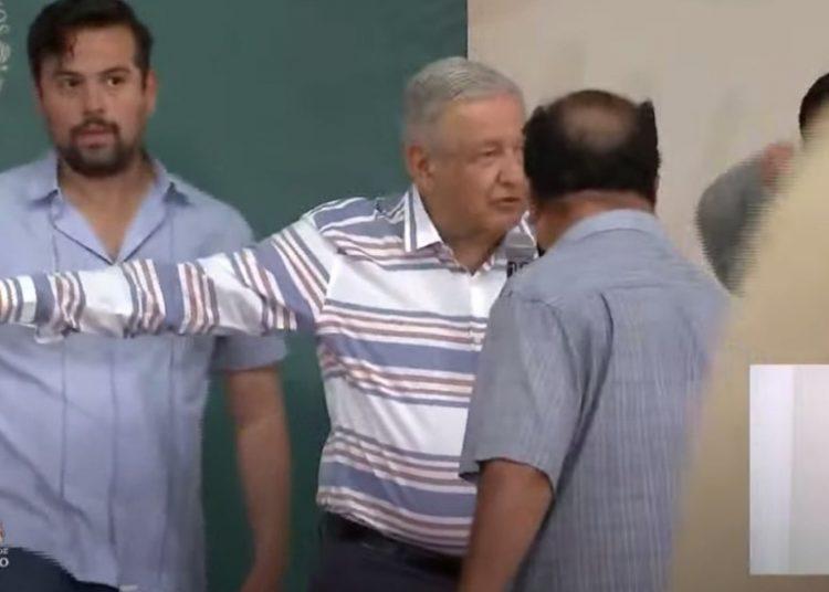 Damnificados irrumpen en discurso de AMLO; él pide respeto