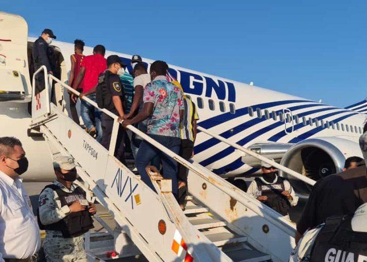 El hombre intentó no ser deportado junto con decenas de haitianos que ayer partieron del Aeropuerto Internacional de Tapachula