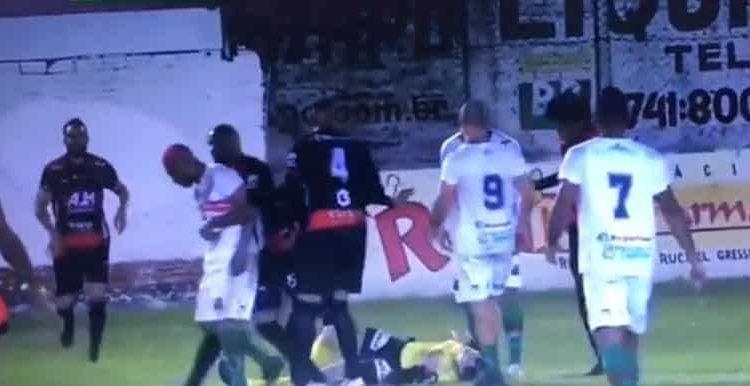 El futbolista William Ribeiro pateó dos veces al silbante Rodrigo Crivellaro durante el partido entre Guaraní de Venancio Aires y Sao Paulo de Río Grande.