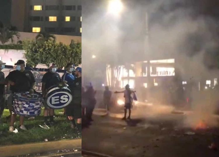 Los fanáticos de la 'selecta' hicieron una fiesta a las afueras del hotel de concentración del equipo mexicano.