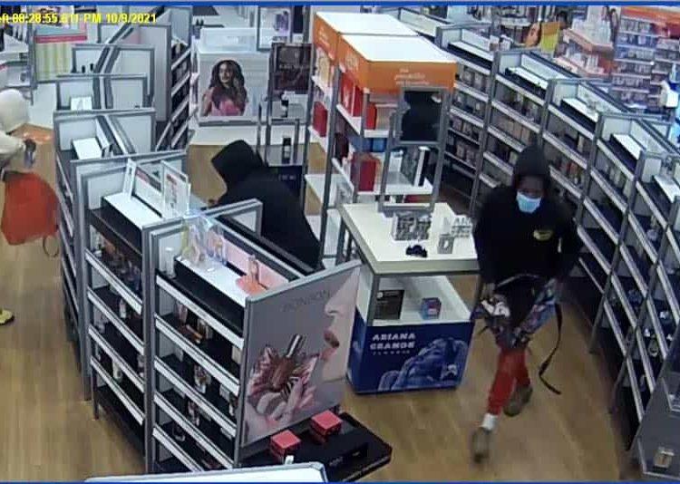 La policía estatal de Connecticut está buscando a tres hombres que robaron alrededor de $ 7,500 en mercancía