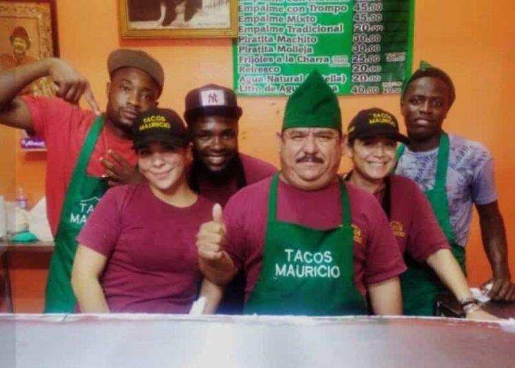 """Se trata de la taquería """"Tacos Mauricio 1, la cual, a través de su Facebook compartió que contrató a migrantes haitianos."""