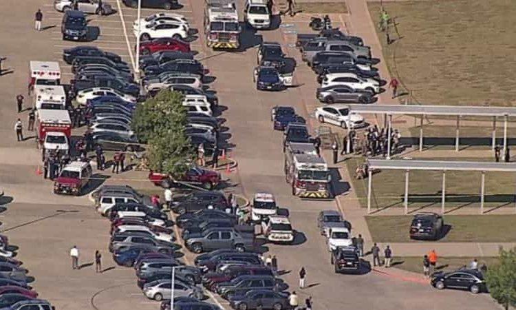 De acuerdo con reportes preliminares el tiroteo se presentó en la escuela Timberview High School, en donde hasta el momento se habla de cuando menos dos personas heridas.