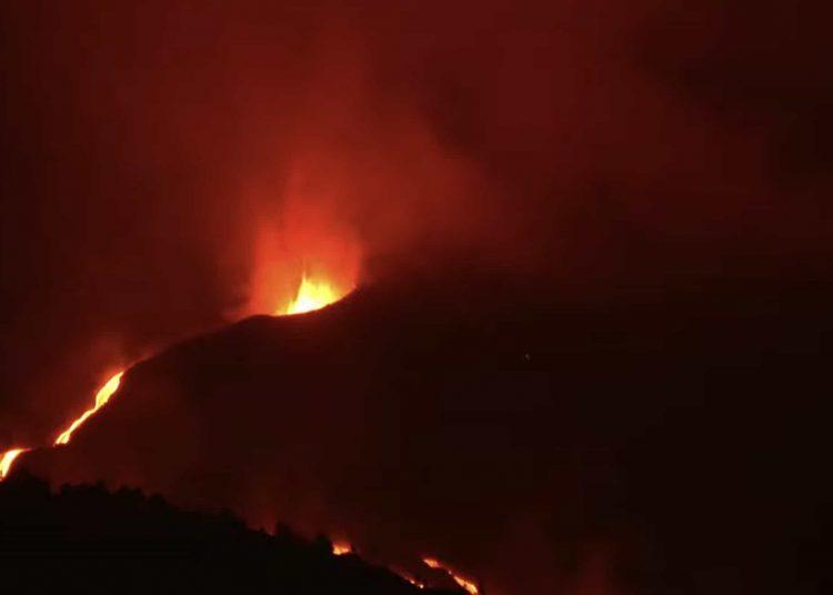 Las autoridades insulares ordenaron el martes el desalojo de unas 800 personas de una parte de la localidad costera de Los Llanos de Aridane